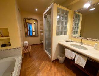 BATHROOM WITH BATHTUB/SHOWER